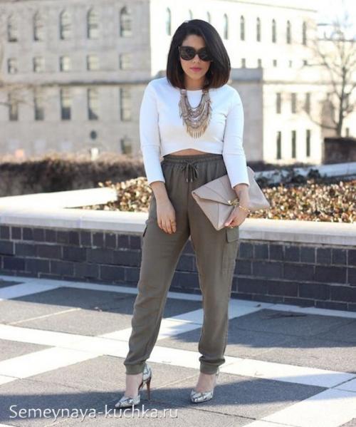 Модные женские брюки на резинке. на резинке внизу.