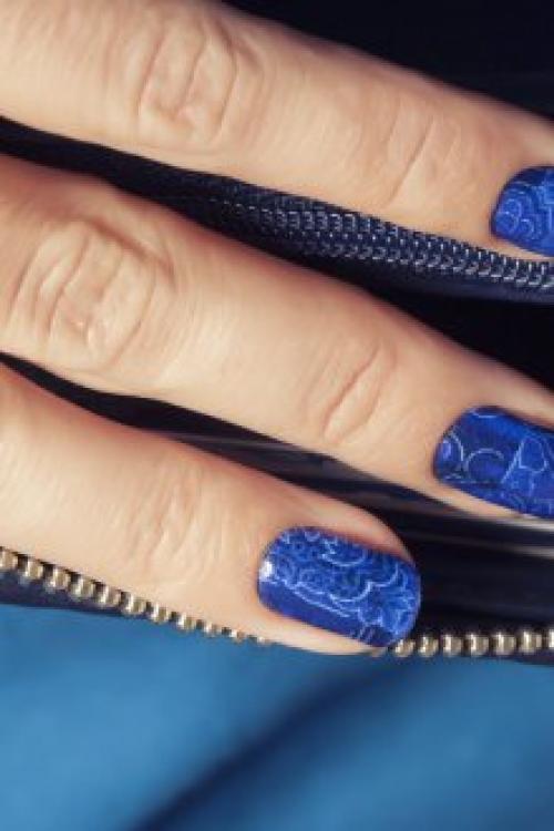 Маникюр с синим с блестками лаком.