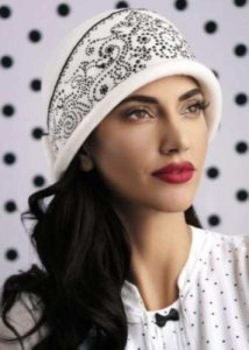 Как оформить вязаную шапку. Как украсить шапку стразами своими руками (фото)