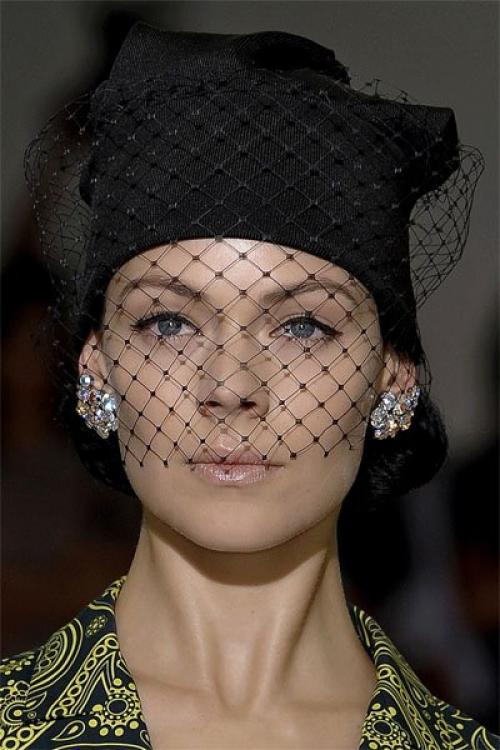 Как украсить бисером вязаную шапку. Как украсить вязаную шапку своими руками – несколько идей оригинального декора простой трикотажной шапочки