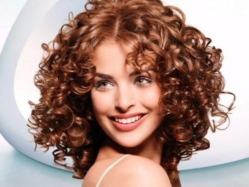 Стрижки на средние волнистые тонкие волосы. Универсальные стрижки на средние вьющиеся волосы – безграничное количество идей для женщин разного возраста