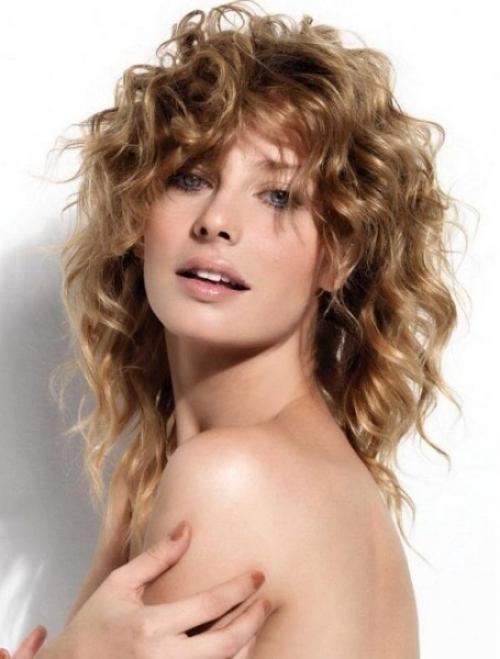 Стрижки для вьющихся тонких волос средней длины. Модернизированный каскад