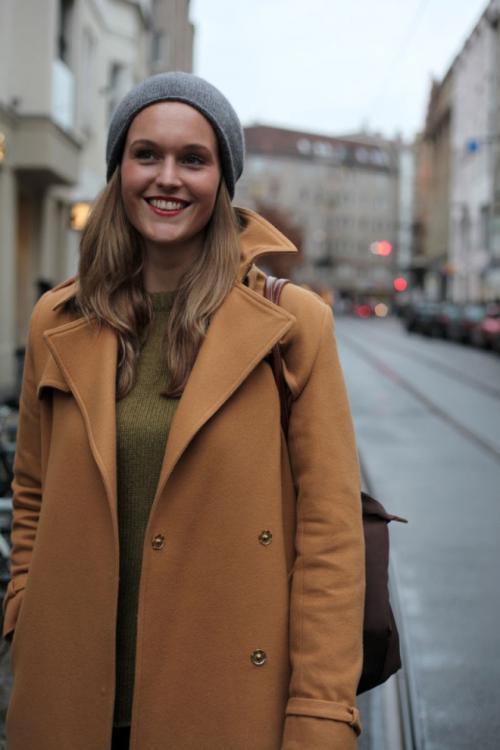 Головные уборы под женское пальто. Как подобрать шапку по фасону пальто