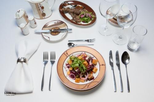 Какой вилкой едят салат большой или маленькой. Зачем в ресторане подают 2 вилки и 2 ножа