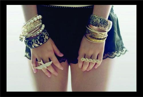 Какие браслеты сейчас в моде. Материал браслетов