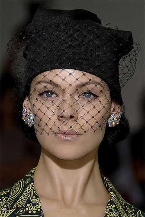 Как украсить шапку бисером. Как украсить вязаную шапку своими руками. Как украсить бисером вязаную шапку