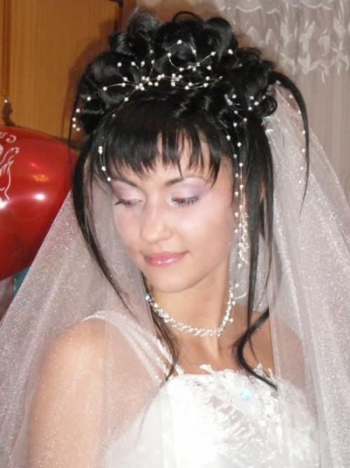 прически на свадьбу подружкам невесты фото