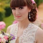 Цветочная свадебная прическа и нежный макияж для милой невесты Дианы.