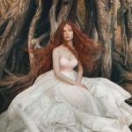 Для осенней фотосессии нужна модель с длинными волосами (желательно рыжего цвета).